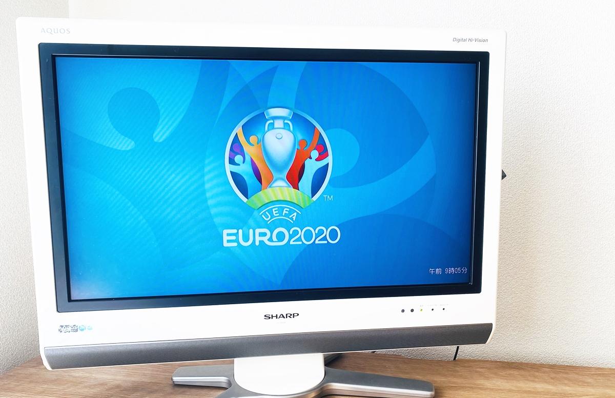euro2020のロゴが映るテレビ
